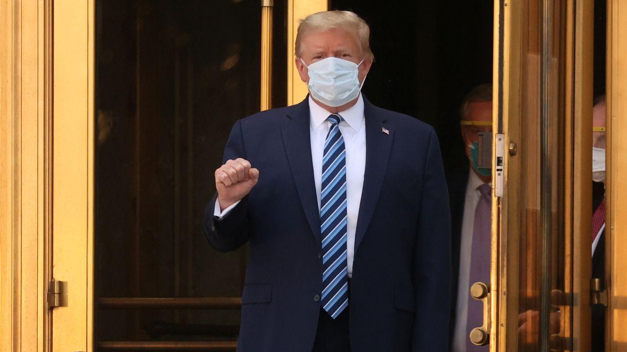 Trump, en un momento en el que se saca la mascarilla después de regresar a la Casa Blanca