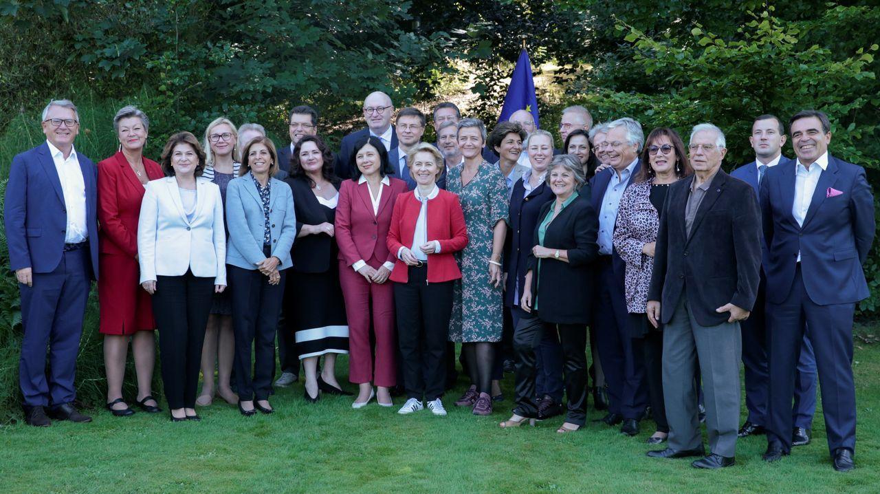 Von der Leyen posa en la foto de familia de los nuevos comisarios en la ciudad belga de Genval