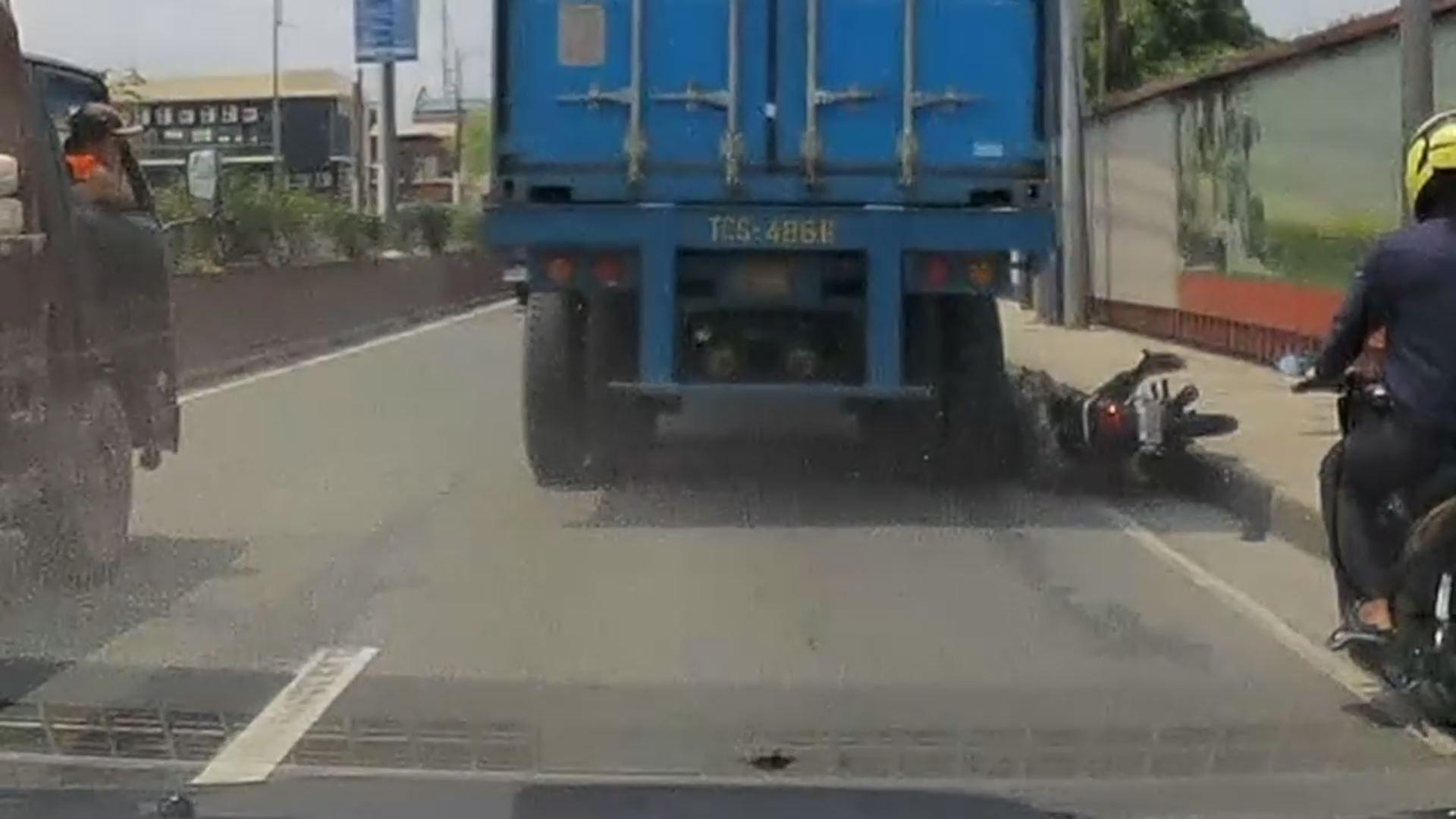 El casco salva la vida de un motorista al que un camión le aplasta la cabeza