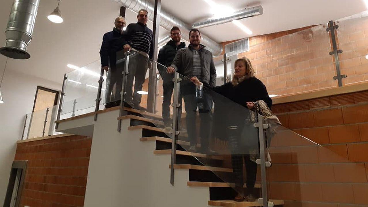 Aida Menéndez, presidenta de la asociación Camiños a Santiago pola Ribeira Sacra —a la derecha— visitó el albergue de la calle Santiago con otros miembros de la directiva de esta entidad
