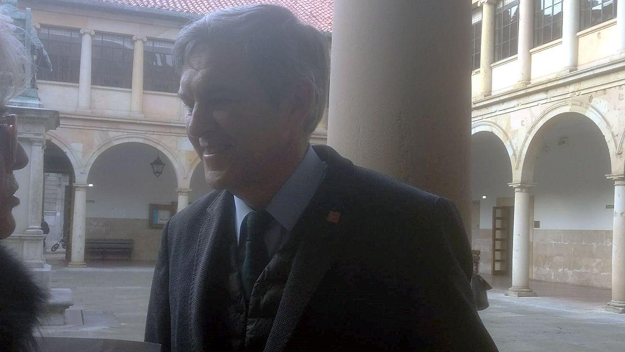 La élite de la justicia asturiana.Javier Barón, en el patio del edificio histórico de la Universidad de Oviedo