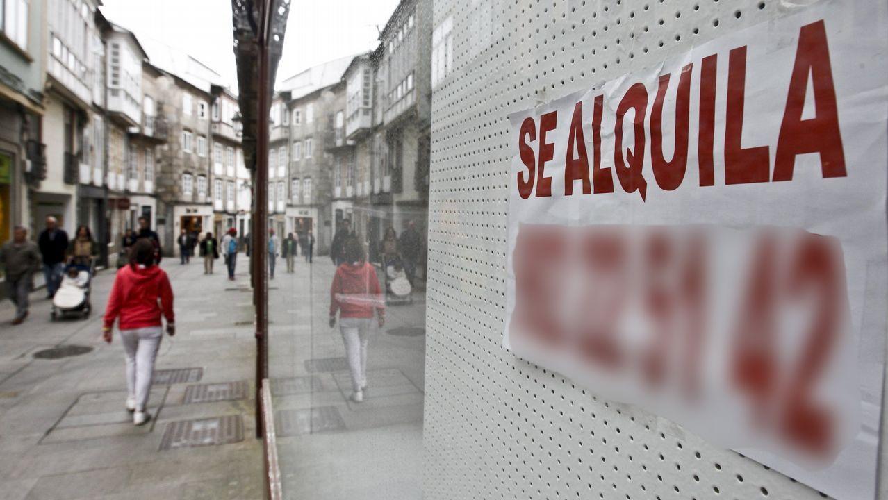 Carteles de alquiler de vivienda en A Coruña.