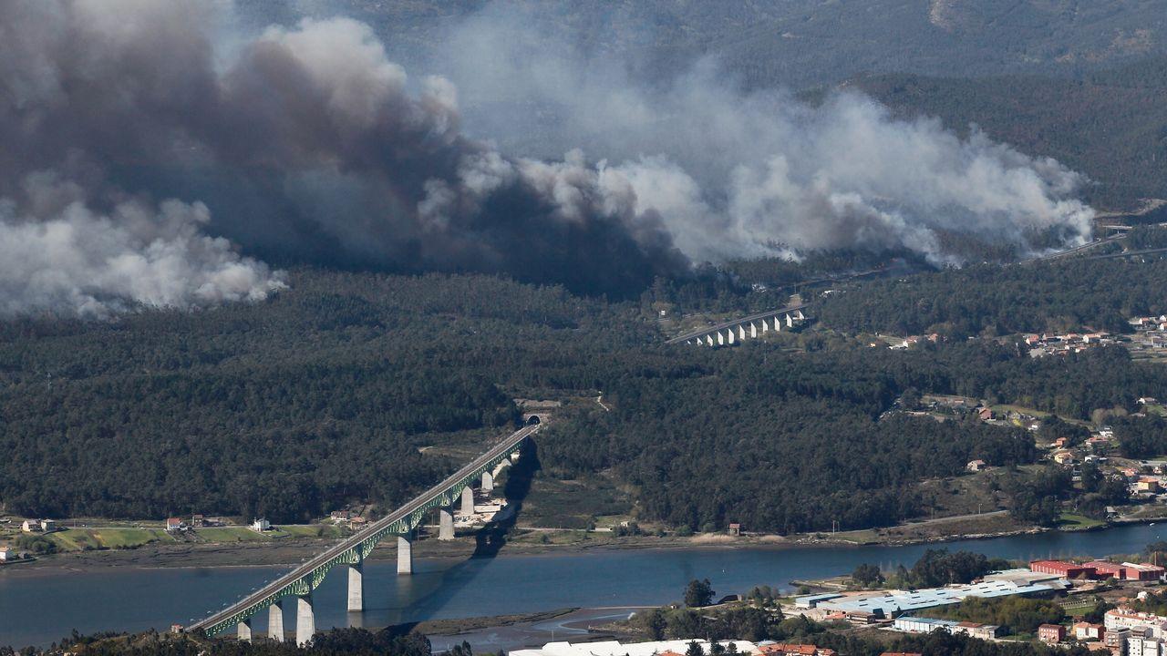 Vista del incendio de Dodro y Rianxo desde el monte Xiabre