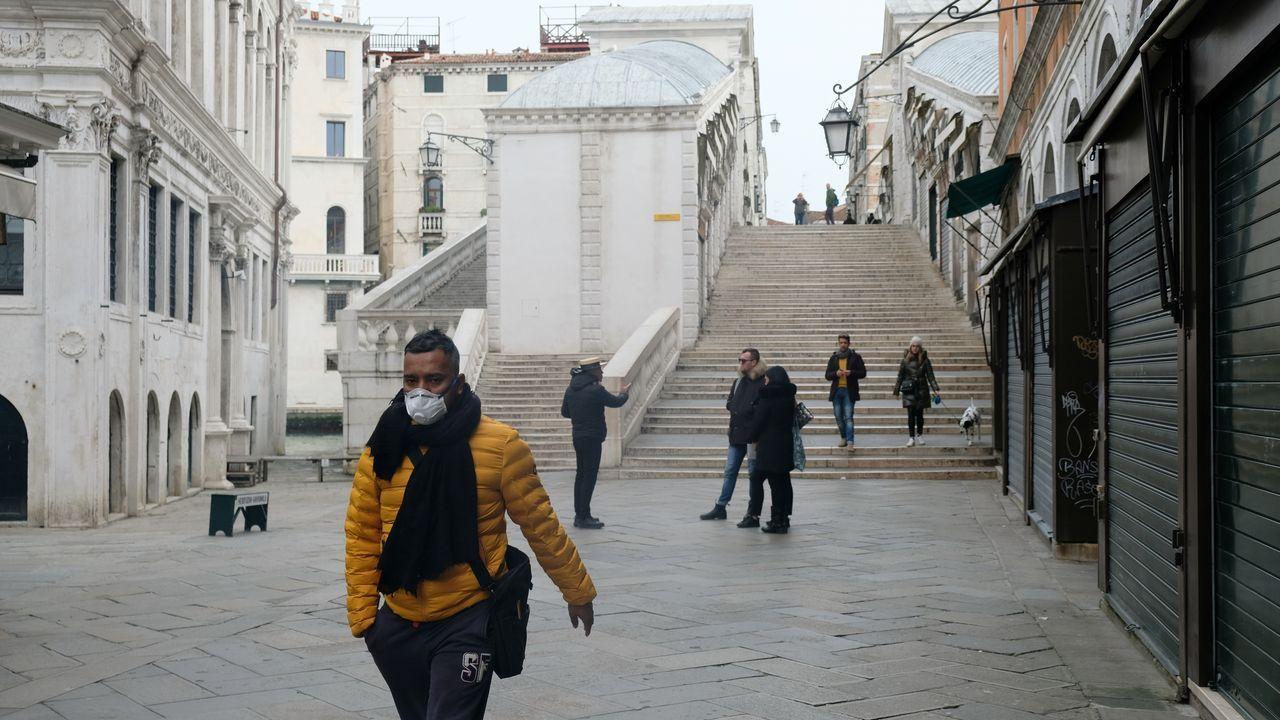 Lugares emblemáticos de Roma, como la Fontana de Trevi, casi vacíos de turistas