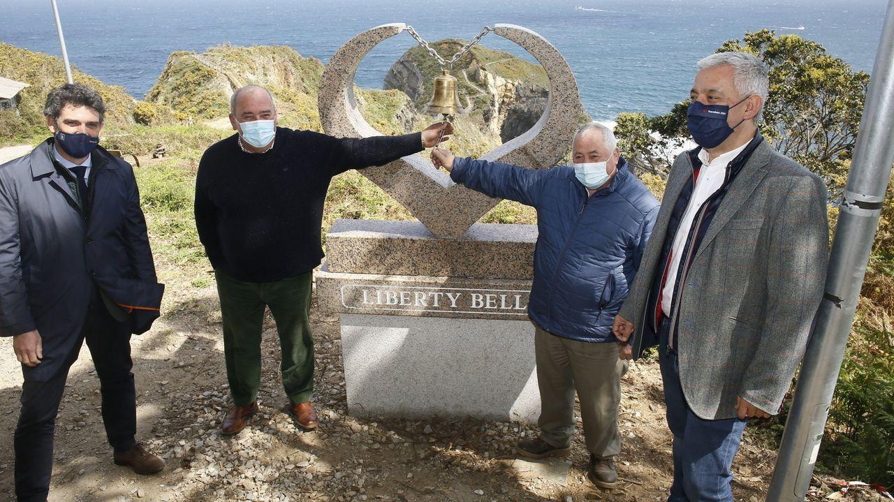 La «campana de la libertad» había sido instalada a mediados de abril en un pesado pedestal de mármol en el inicio del sendero final de O Fuciño do Porco