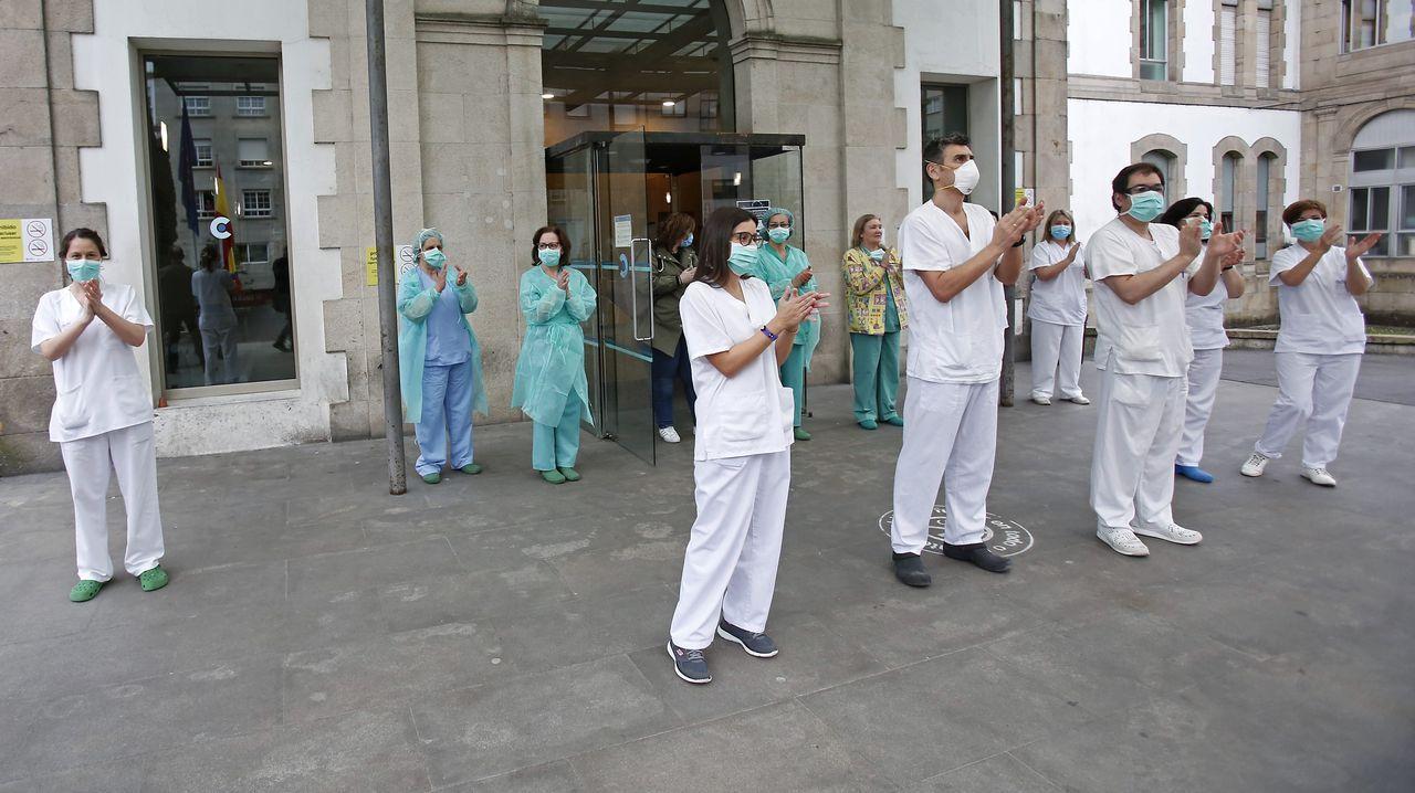 Personal del Hospital Provincial de Pontevedra agradece con aplausos el apoyo de los vecinos desde ventanas y balcones