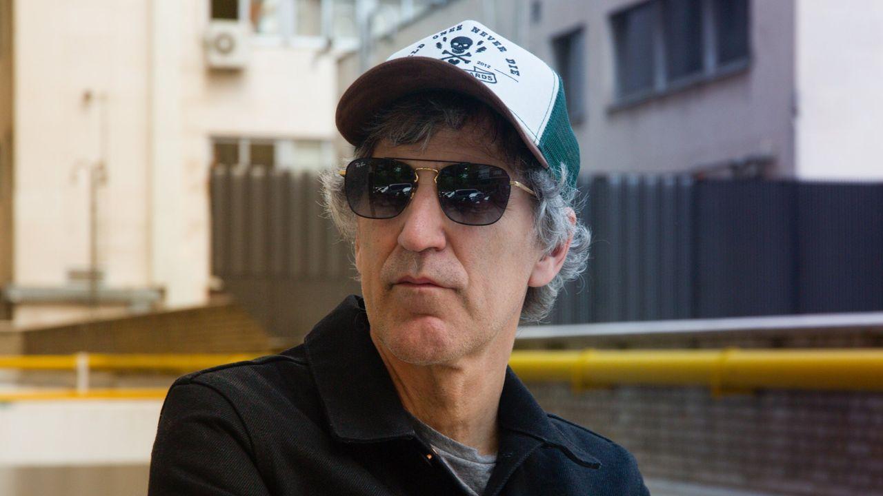 Juan Cupeiro, en la tienda de discos que regenta en el barrio de Santa Cecilia