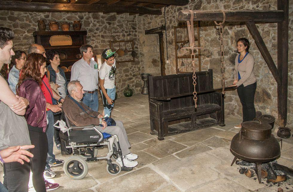Un grupo de turistas madrileños visitaron ayer el Ecomuseo de Arxeriz.