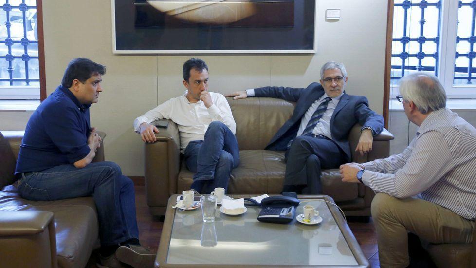 - El portavoz de IU en la Junta General, Gaspar Llamazares (2d) , el secretario de Organización de este partido en Asturias, Alejandro Suárez (1i), y otros responsables de IU, conversan en la Junta General