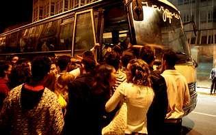 Midiendo el cambio climático en el Lago Enol.Un grupo de jóvenes hacen cola ante un bus nocturno, en una imagen de archivo