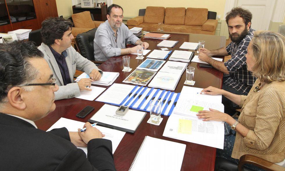 Julio Flores, Martín Fernández Prado, Benedicto Álvarez, Iago Martínez y Rosa Gallego en la reunión.