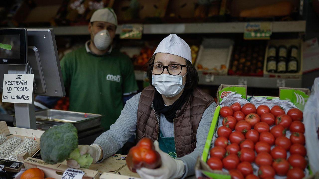 20 de abril, día 37 de confinamiento. La cesta de la compra se dispara. Vendedores de la plaza de Lugo de A Coruña y clientes confirman el alza de precios, en ocasiones del 100 %