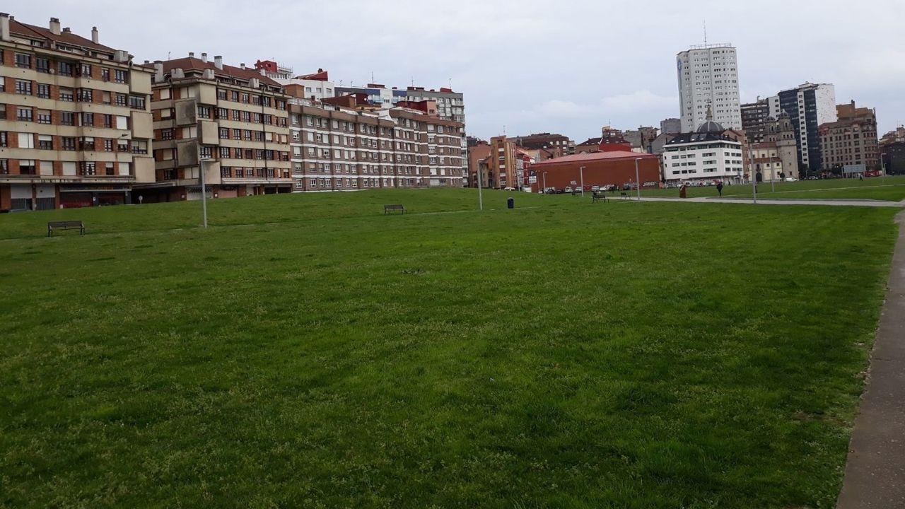 Imagen del solarón del Plan de Vías, en Gijón