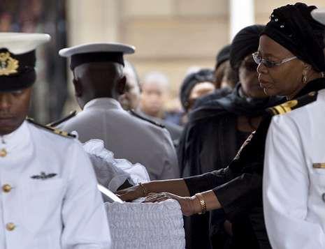 Graça Machel posa sus manos sobre el féretro de su marido Nelson Mandela.