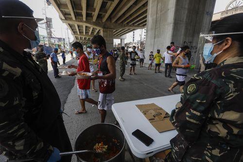 Reparto de comida gratuita en Filipinas