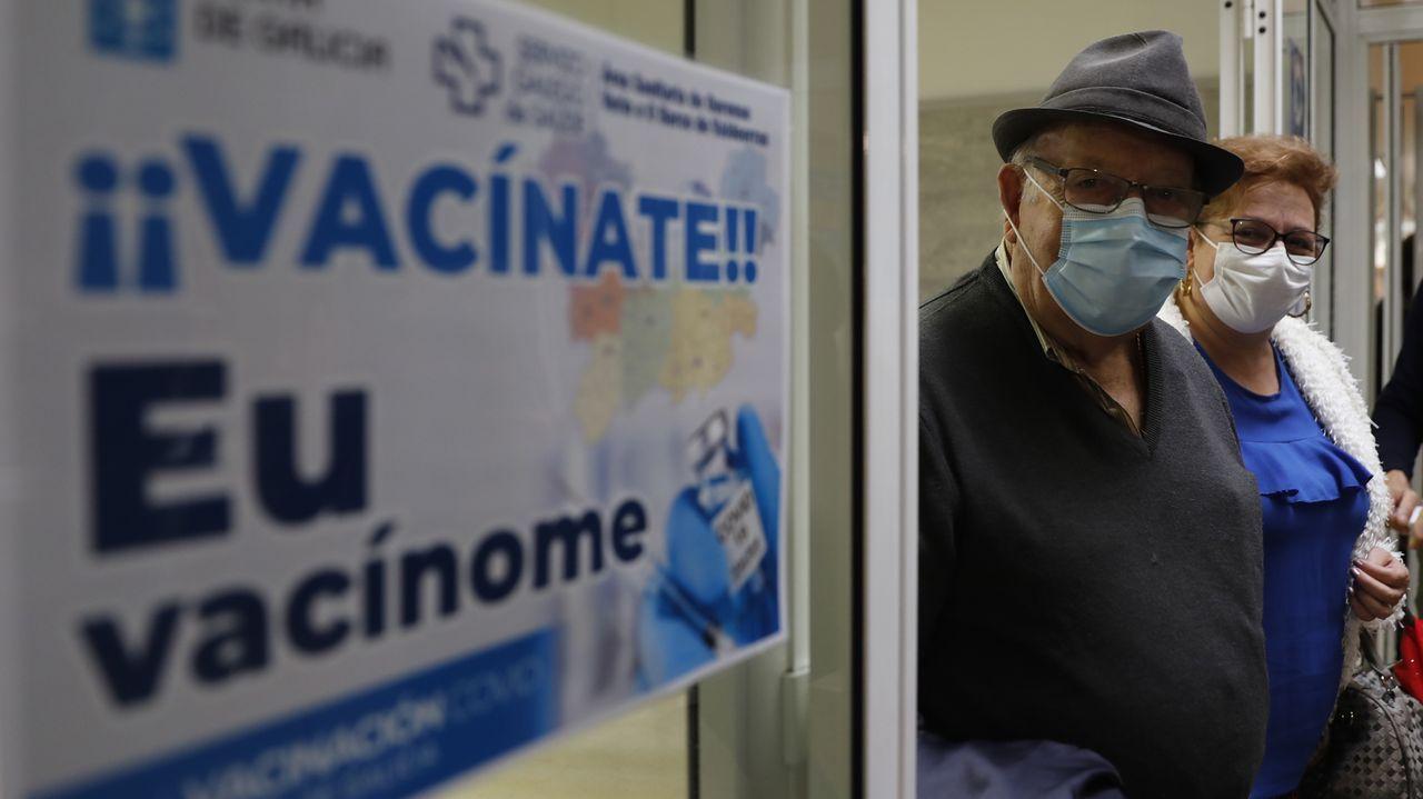 Jornada de vacunación masiva para los gallegos de entre 60 y 65 años.Vacunación de mayores de 80 años en el centro de Salud de O Carballiño