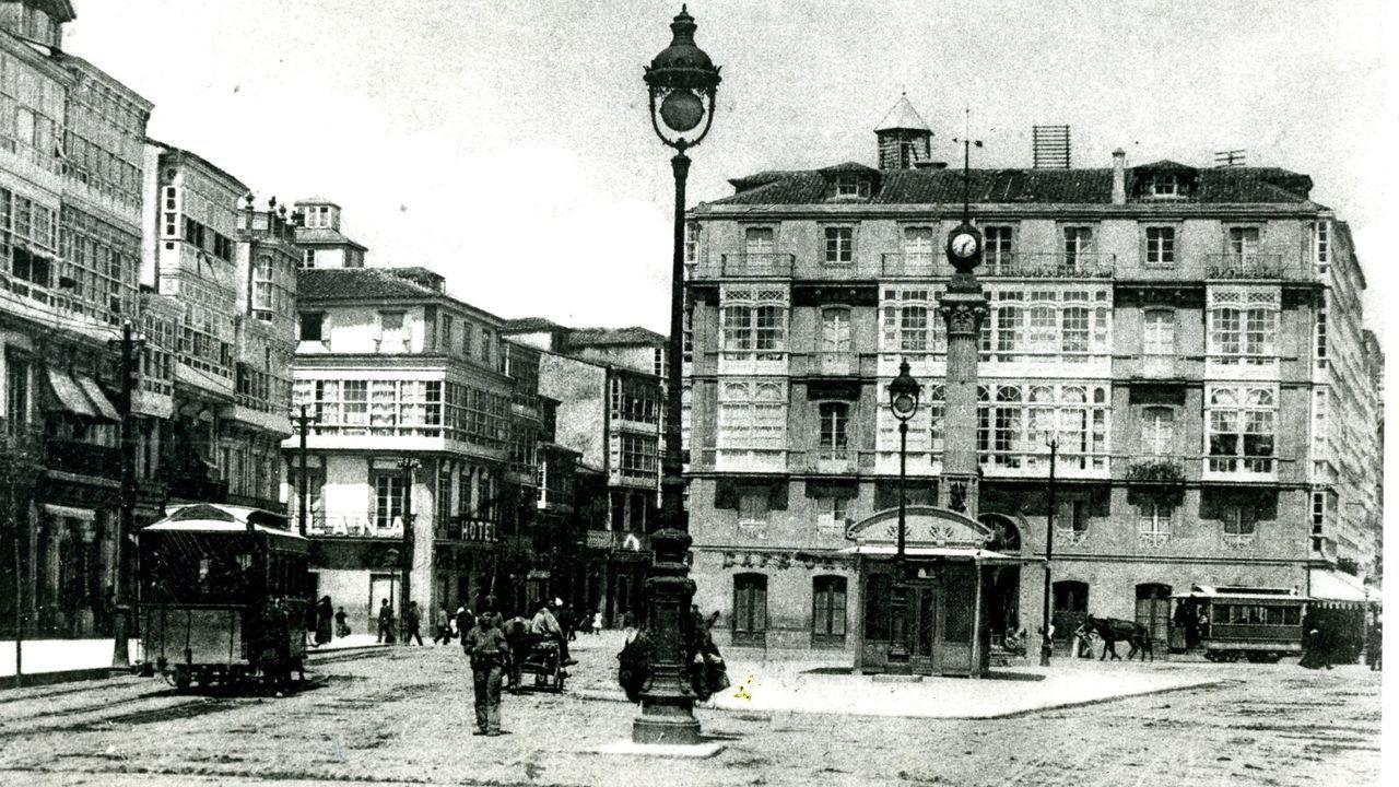 Tranvías al pie del Obelisco y de la Casa Caruncho, a comienzos del siglo XX