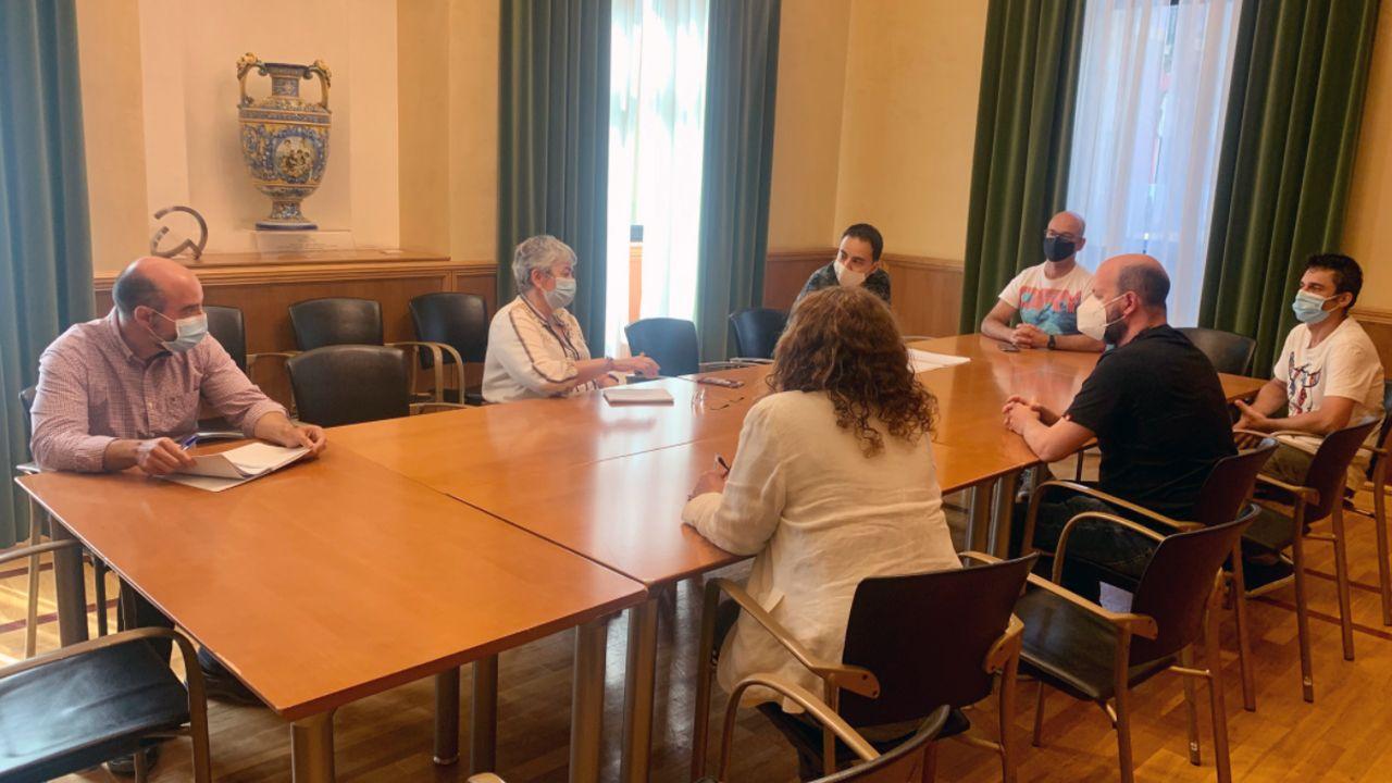 paseo muro de san lorenzo gijon.La alcaldesa de Gijón, Ana González y representantes del comité de empresa de Vauste