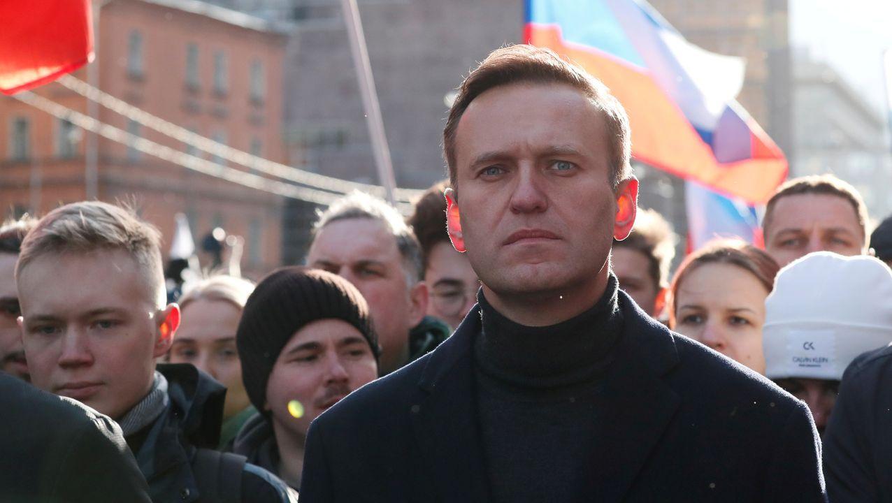Vehículos policiales patrullan delante del hospital universitario Charite en Berlín, donde se encuentra ingresado el opositor ruso Alexei Navalni