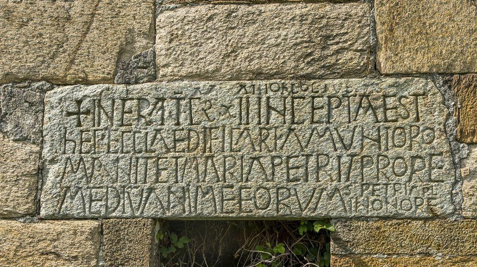 Lápida con una antigua inscripción en la iglesia de Valverde
