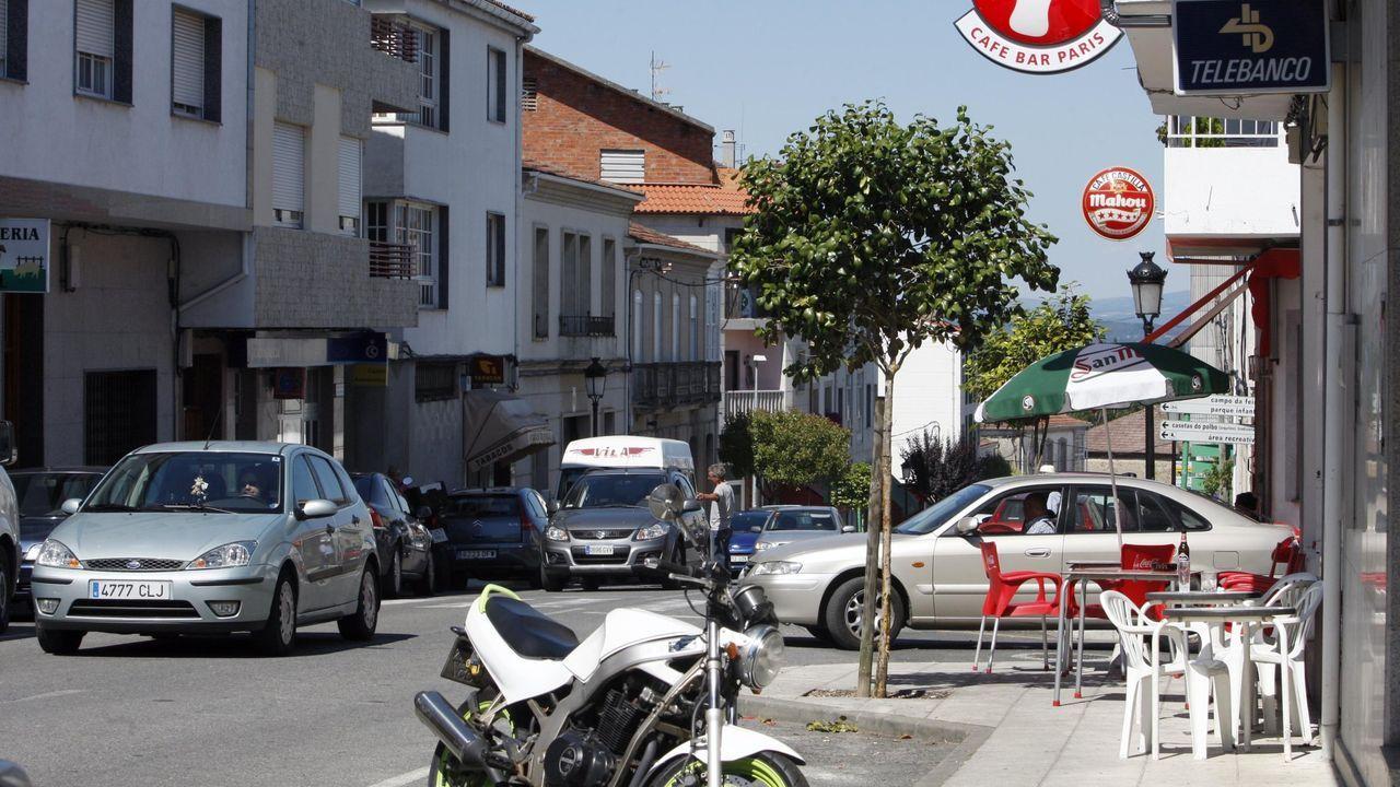 Terraza de una cafetería en la travesía de Ferreira de Pantón, en una foto de archivo