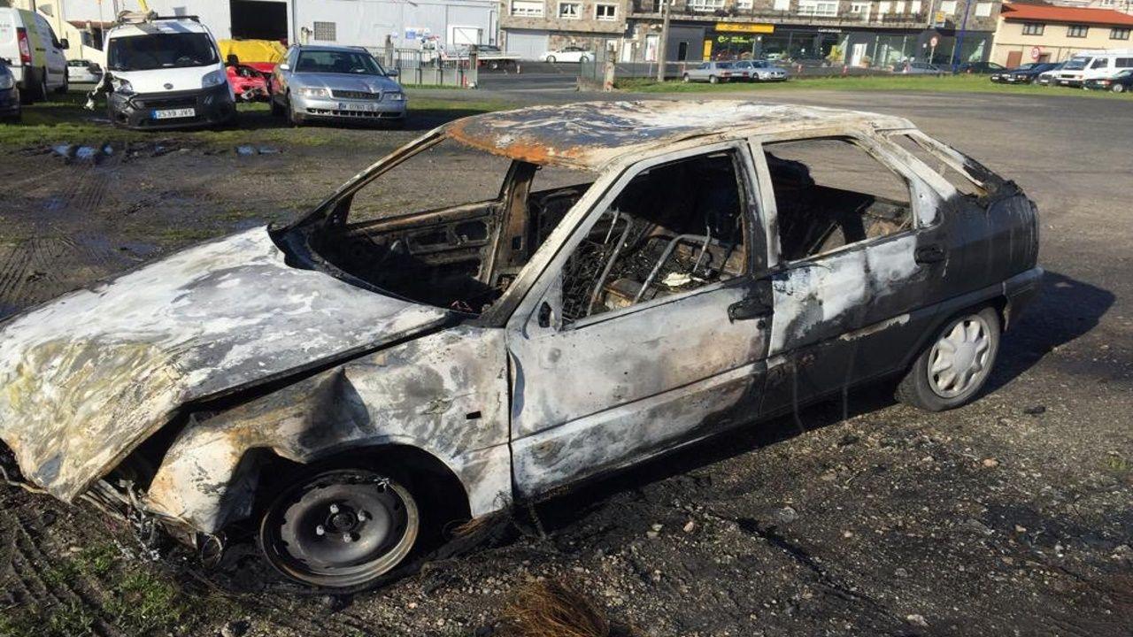 Choque de dos camiones en la A-8, en Barreiros.Los bomberos sofocan un incendio en el barrio de La Tenderina, en Oviedo
