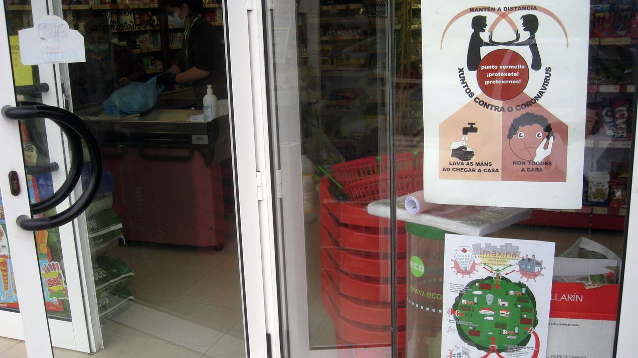 Carteles de la campaña, colocados en la puerta de un supermercado de Abadín