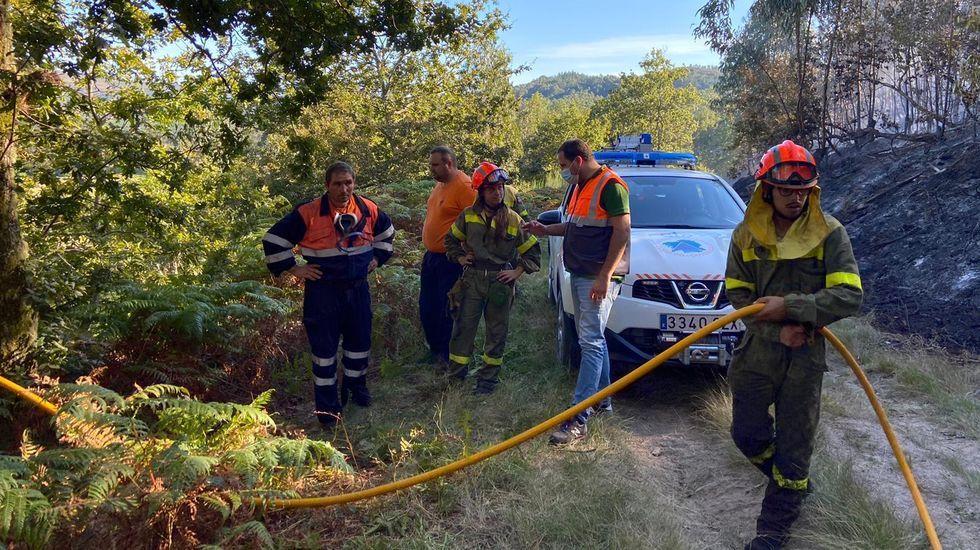 Voluntarios de Protección Civil de Cerdedo-Cotobade en un incendio forestal