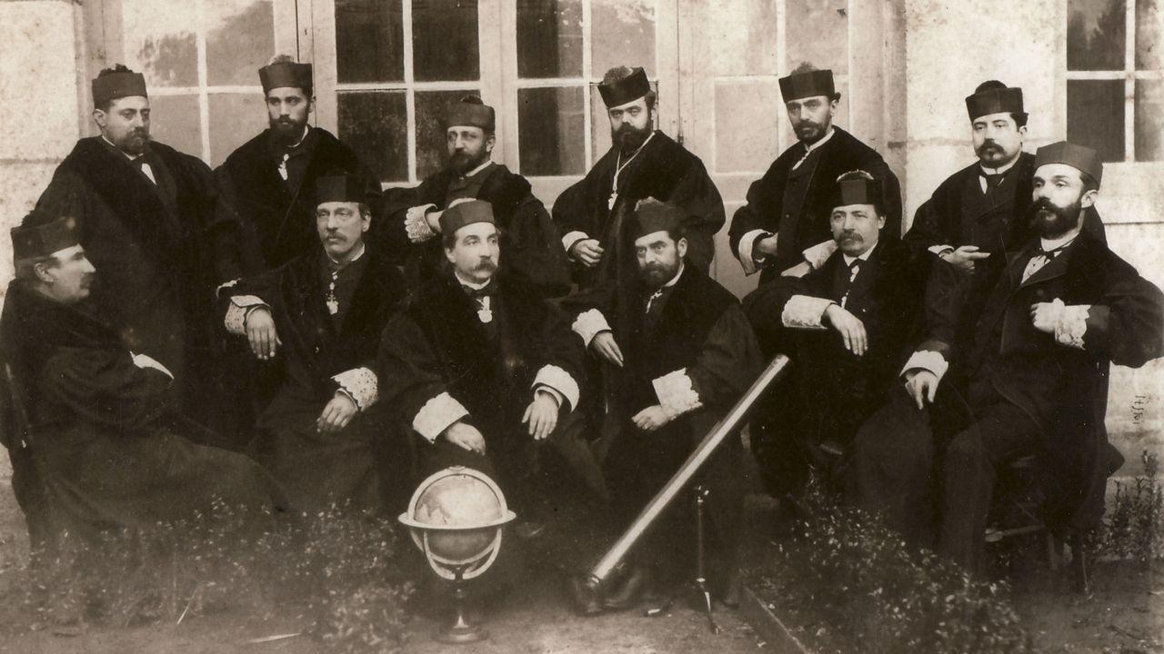 Así es fácil refrescarse en la provincia de Ourense.Claustro del Instituto en 1887. Portabales es el tercero sentado por la derecha.
