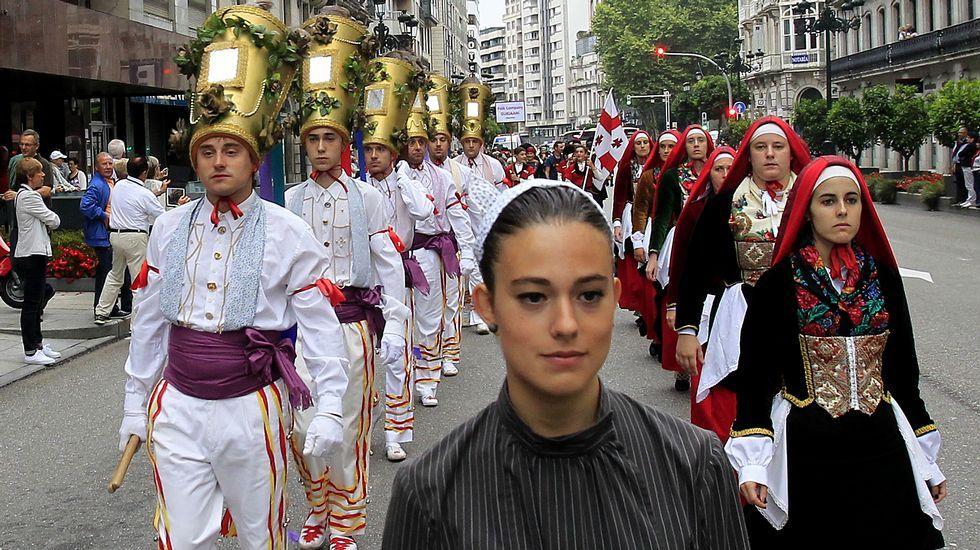 El carnaval de verano de Redondela empieza con ritmo.La conselleira entra en el hospital Álvaro Cunqueiro de Vigo