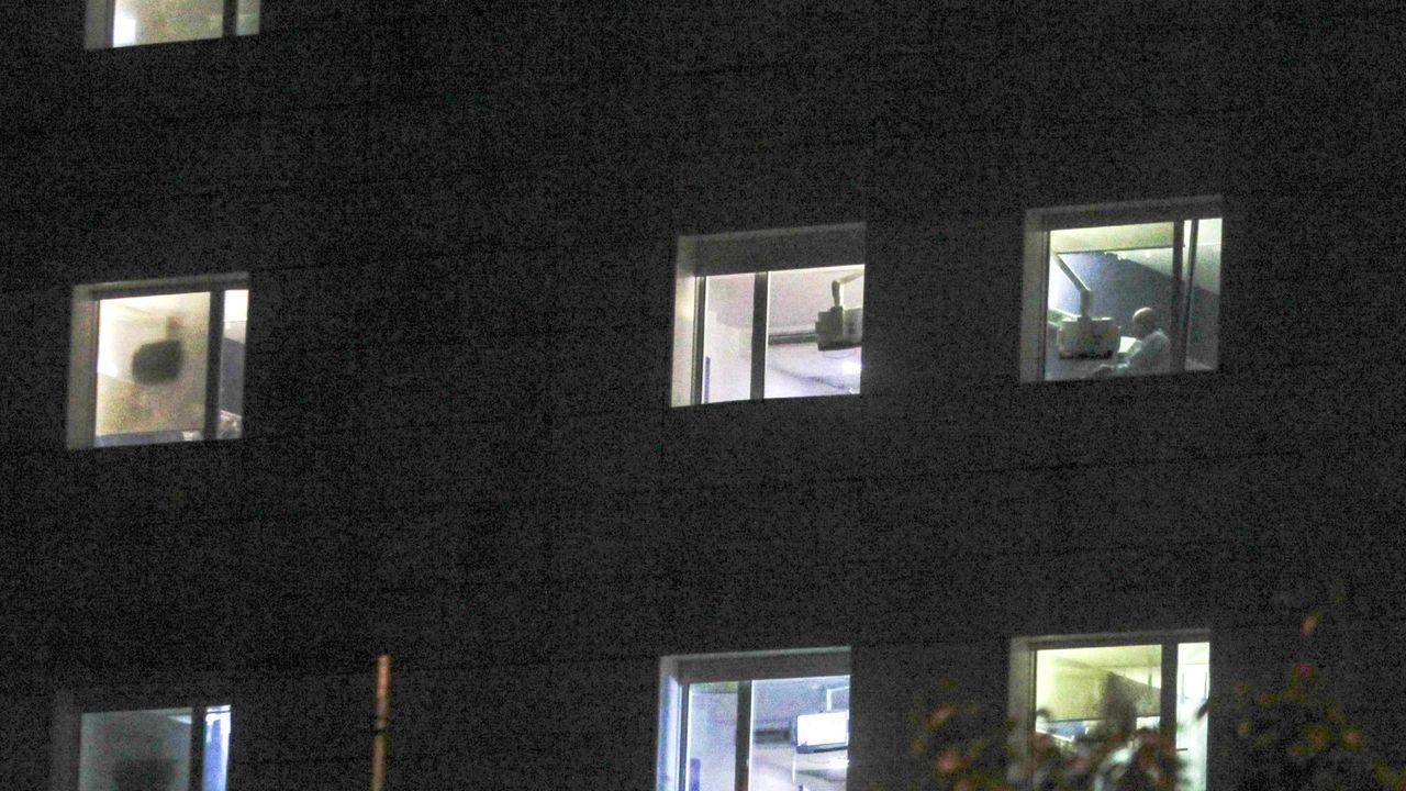 La administración masiva de la vacuna en Lugo en imágenes.Vista nocturna desde el exterior de las habitaciones del hospital Arquitecto Marcide de Ferrol