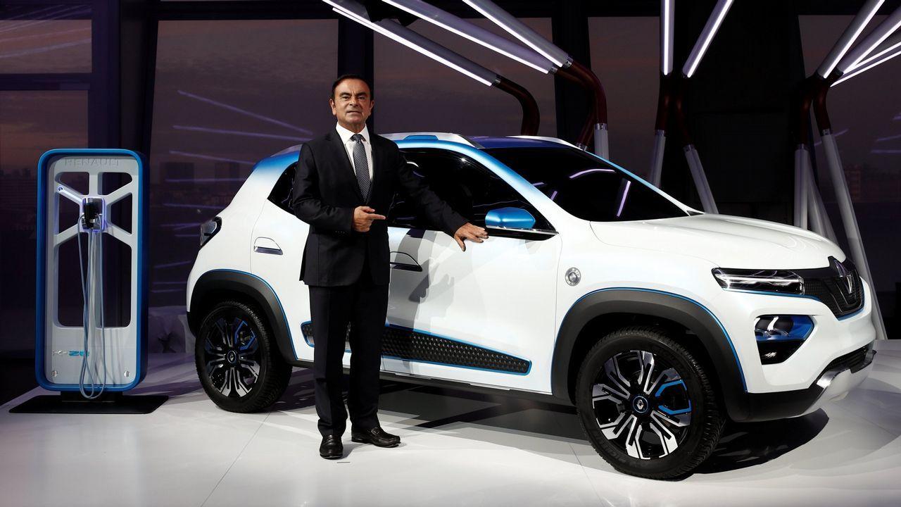 Un oso pardo cantábrico.Ghosn, CEO de la Alianza conformada por Renault, Nissan y Mitsubishi posa junto con el K-ZE, próximo lanzamiento eléctrico de la marca del rombo