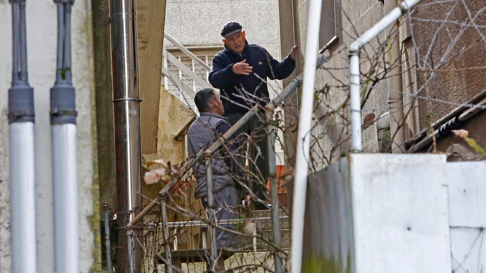 Asaltan la vivienda del armador Manuel Nores en Marín.Varias unidades del 091 portan carteles contra la violencia sexista.