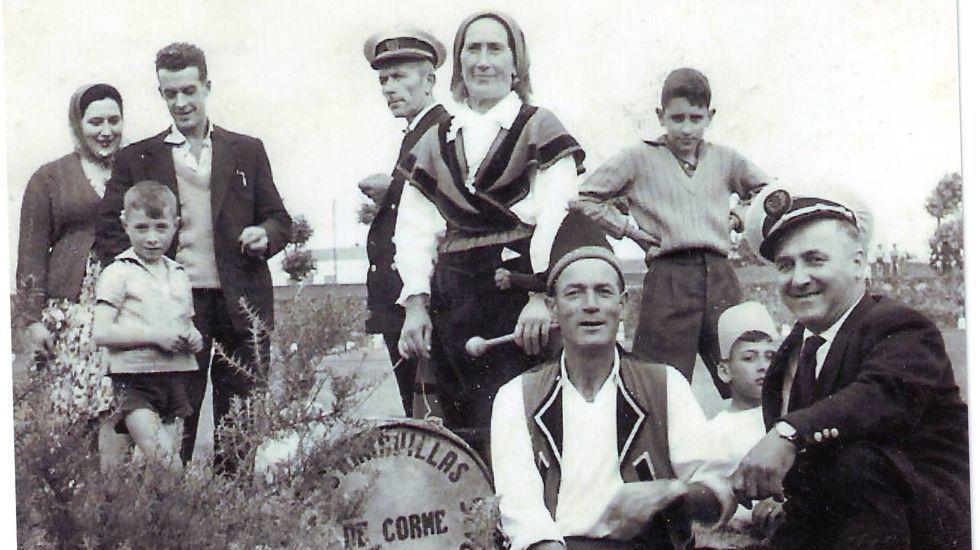 Así arrancó la temporada de pesca fluvial en la Costa da Morte: ¡las primeras imágenes!.Imaxe tomada nos anos 50 no Bosque do Añón de Carballo; á dereita, Basilio.