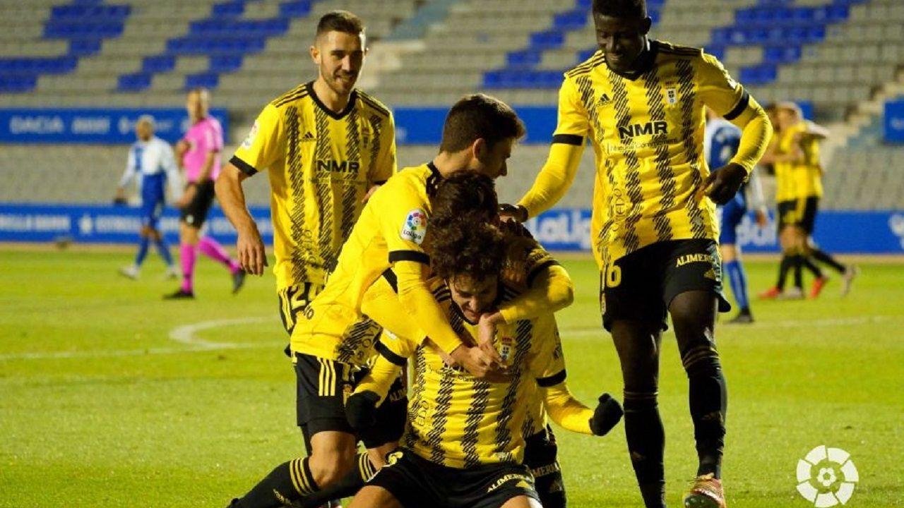 Los jugadores del Oviedo celebran el gol de Sangalli en Sabadell