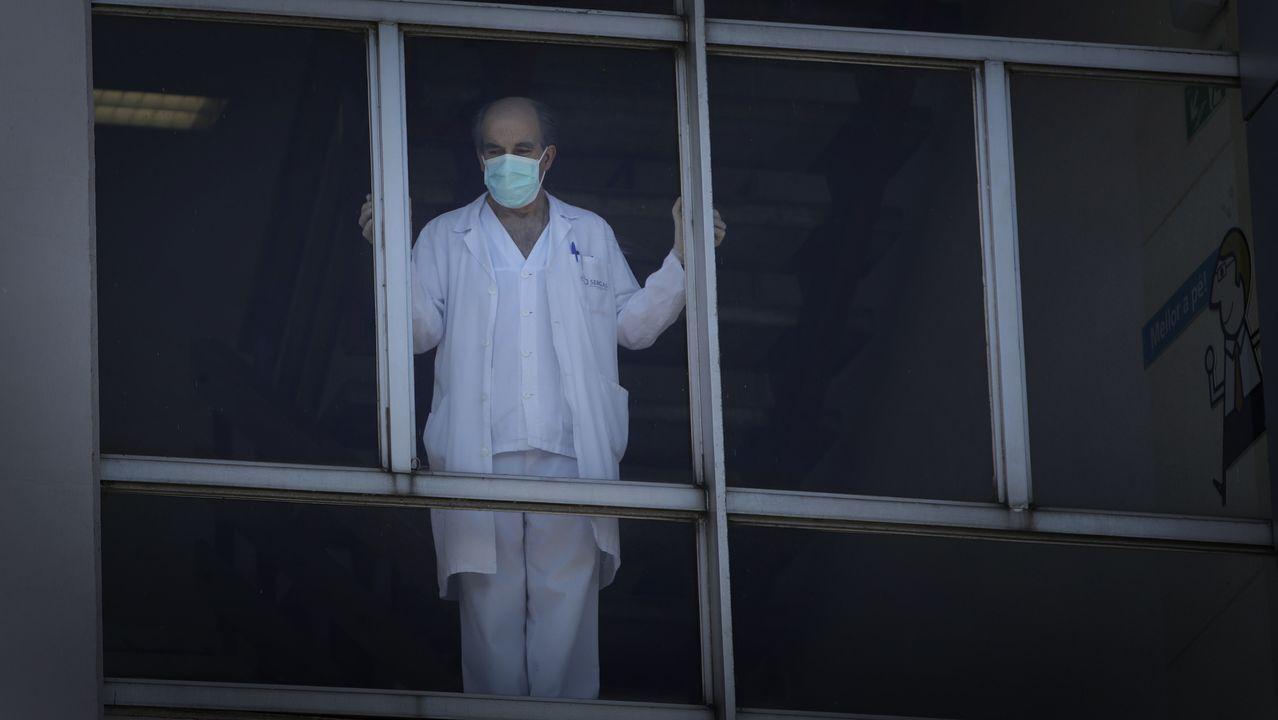 Chuac, pandemia del coronavirus. Profesional sanitario en la ventana del Hospital A Coruña