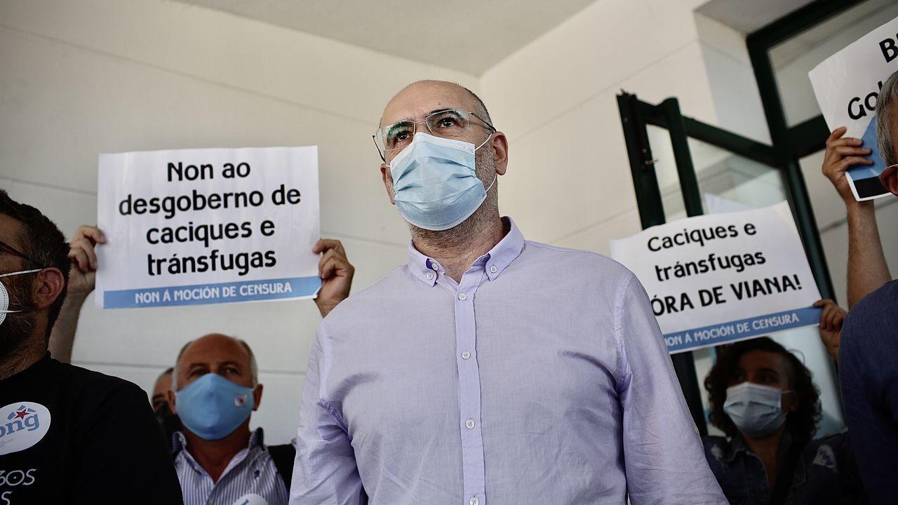 Secundino Fernández, abandonando el pleno de la moción de censura que le desbancó de la alcaldía