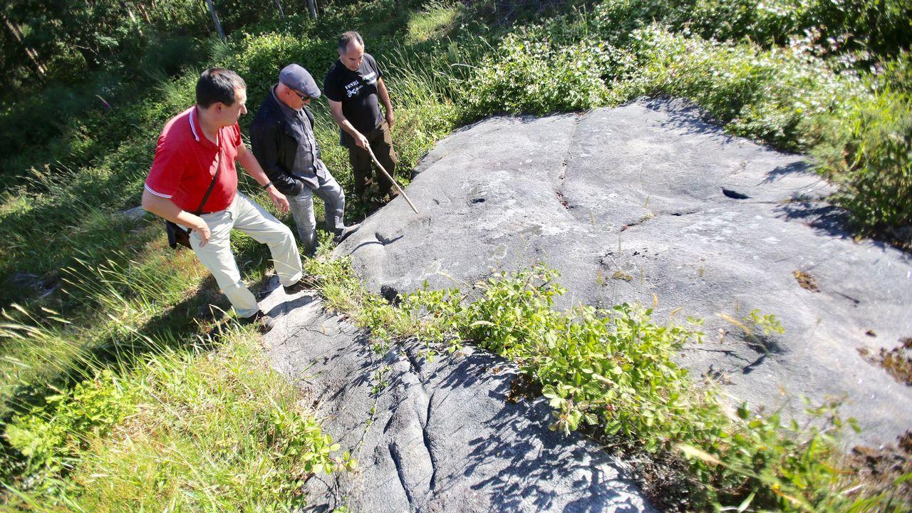 Nueva zona de petroglifos descubierta en los montes de Couso, Gondomar.El alcalde de Carballo, Evencio Ferrero