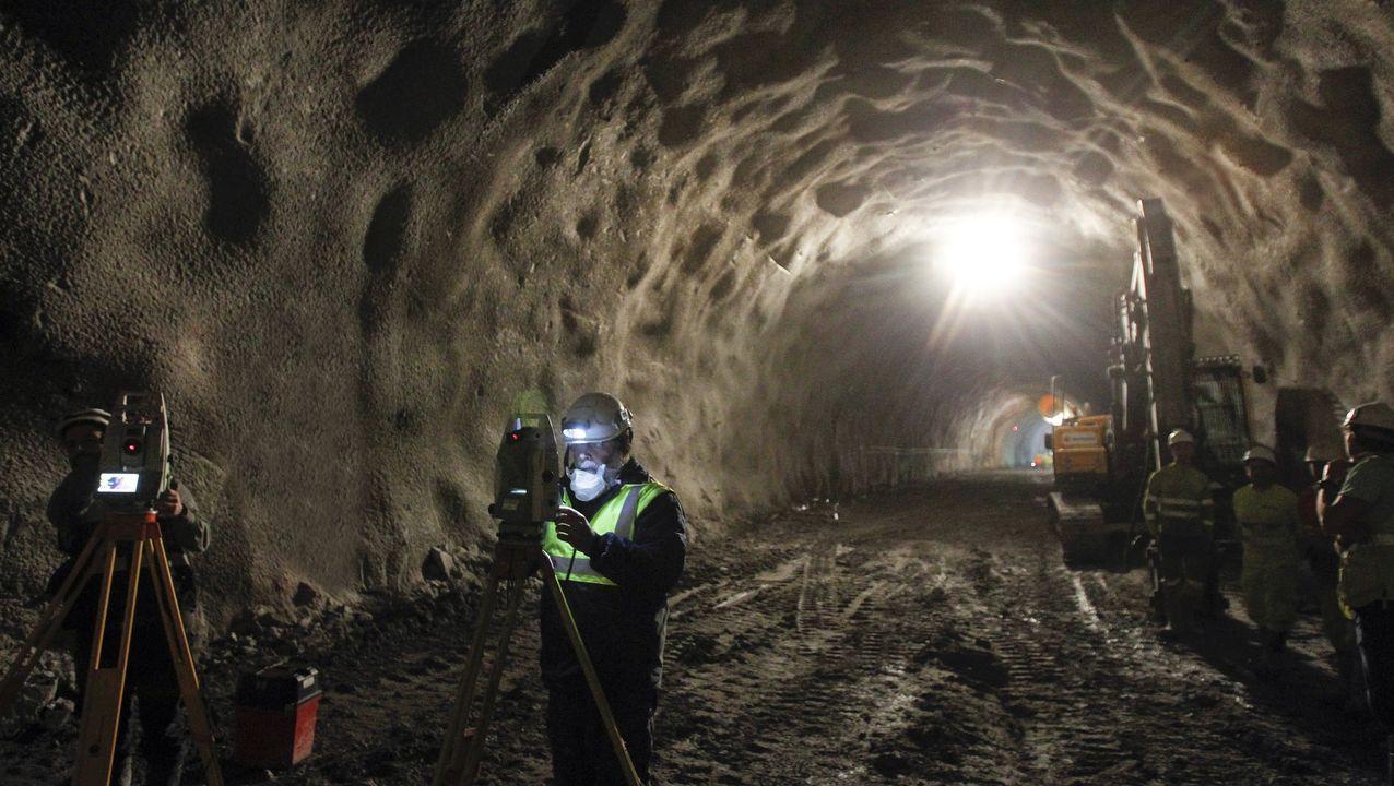 El subterráneo. La parte más complicada del enlace por tren al puerto exterior de Ferrol es el túnel de 5,5 kilómetros que discurre bajo los montes de Brión. La obra ya está en su fase final, a falta de 1,5 kilómetros para salir a la superficie. En ese tramo, el subterráneo pasa solo 28 metros por debajo de las casas de A Graña. El tramo de salida del túnel ha sido reforzado con más de 100 pilotes de hasta 17 metros de largo. José Pardo