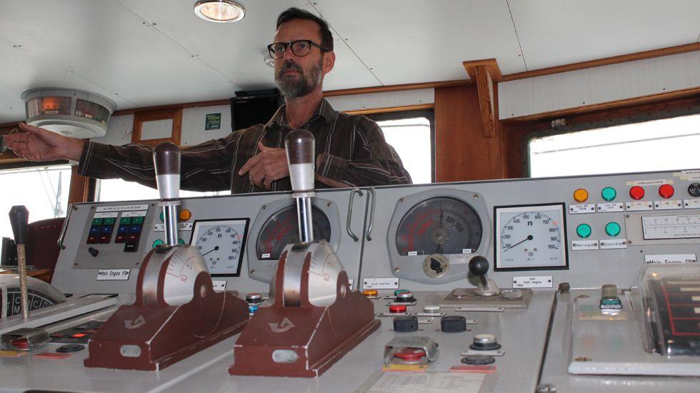 El capitán Mike Fincken, en el puente de mando del «Esperanza»