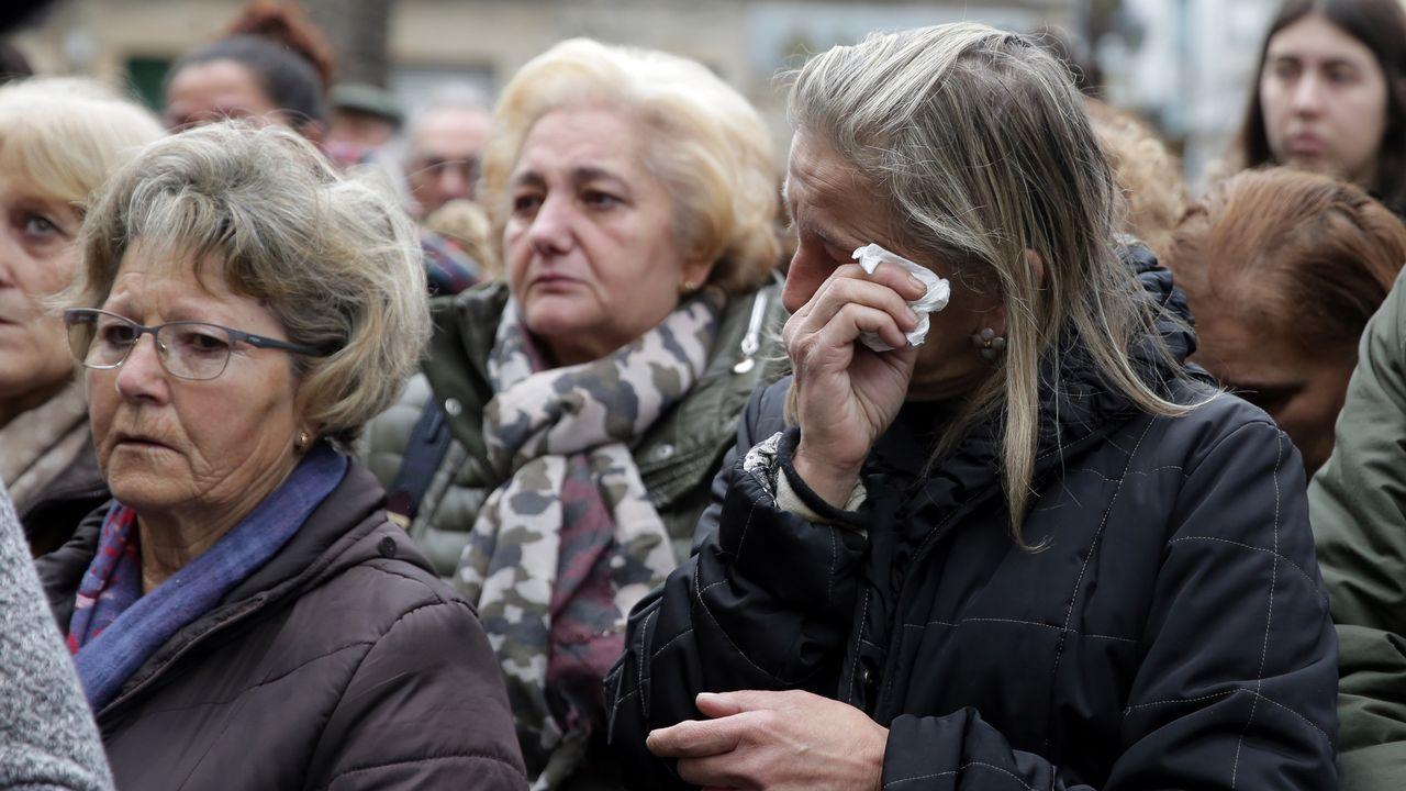 Vecinos de Cambados abarrotaron la plaza del Concello en homenaje a las víctimas