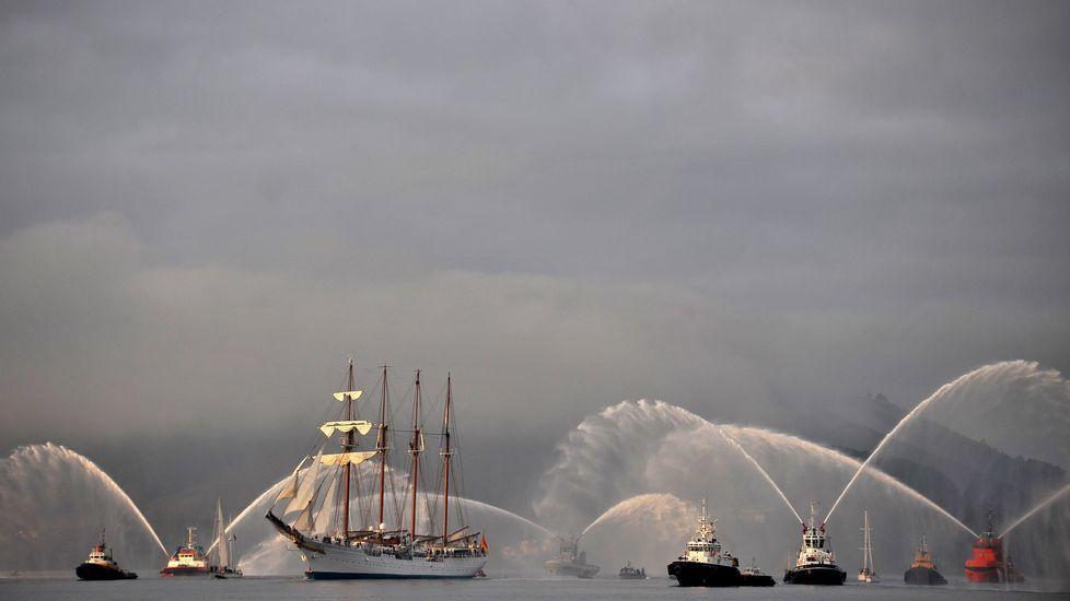 El  Elcano  entrando en la ría de Ferrol en febrero del 2013