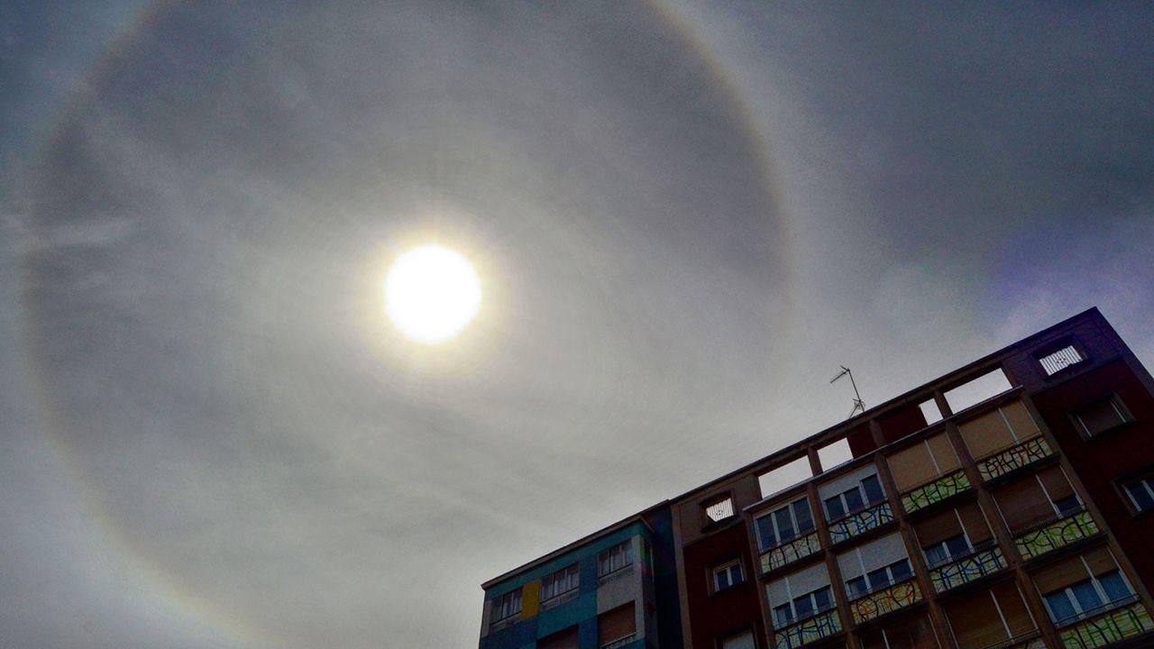 Halo solar. Paseo del muro de San Lorenzo, Gijón. Se trata de un fenómeno óptico que aparece alrededor del Sol en forma de anillo luminoso. Las únicas nubes capaces de crear este fotometeoro son los Cirrostratus (nubes altas formadas por diminutos cristalitos de hielo)
