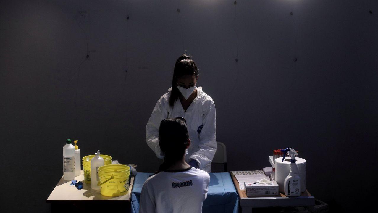 Una sanitaria saca sangre a una mujer en el Centro de las Artes Auditorium Municipal de Arroyomolinos, Madrid