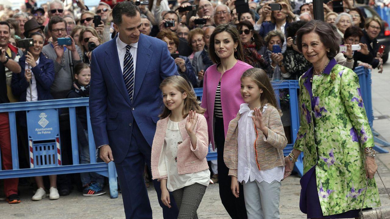 Año 2016: De nuevo los reyes Felipe y Letizia y la reina Sofia, junto a la princesa Leonor y la infanta Sofía