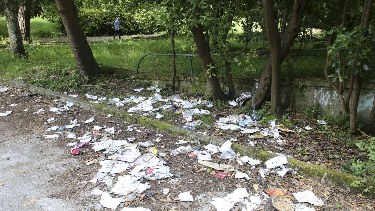 Así está el parque urbano del Montón en Ferrol.Voluntarias de la Asociación contra el cáncer