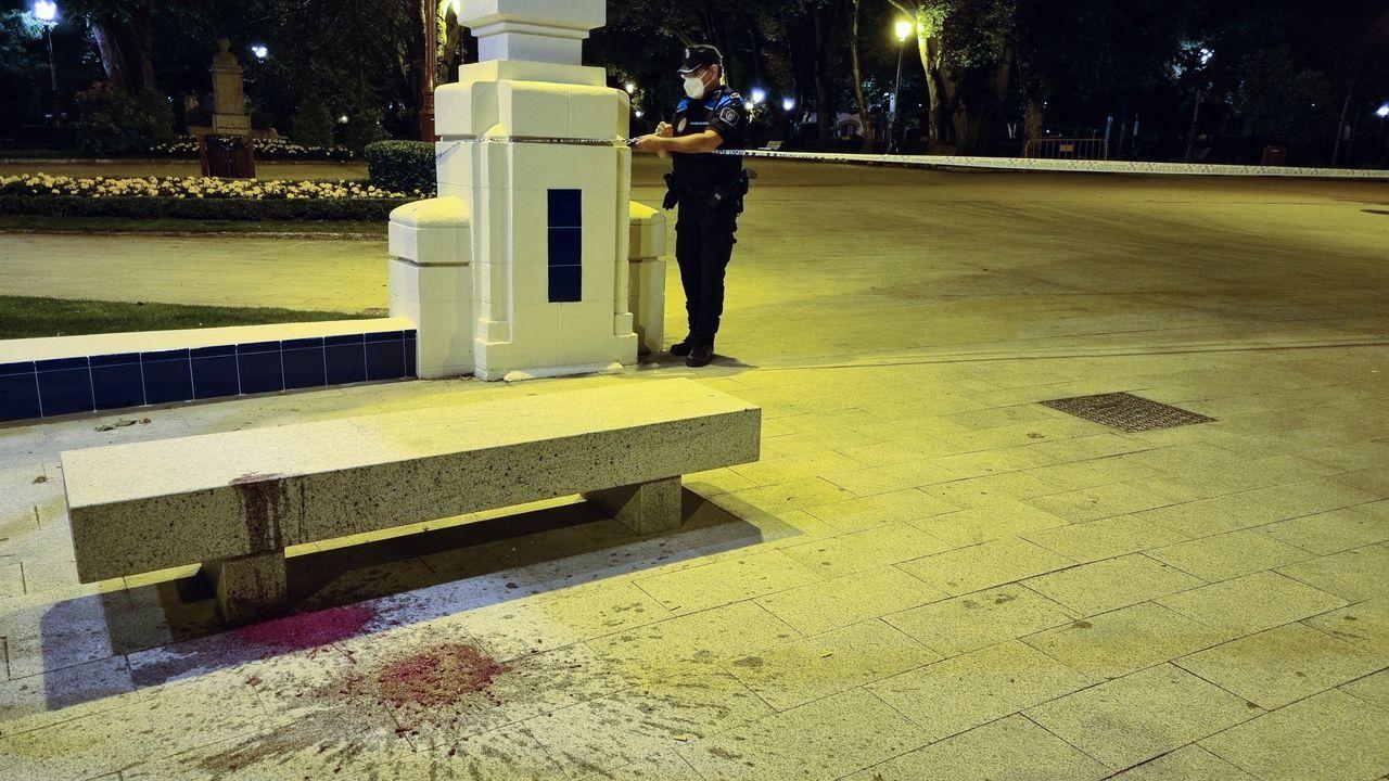 Un agente precinta el parque de Rosalía en la madrugada del viernes.O acto de onte pola mañá tivo lugar no auditorio da Facultade de Veterinaria