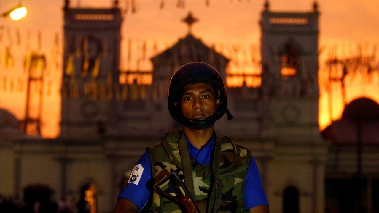 Un soldado vigila la iglesia capitalina de San Antonio, una de las atacadas el domingo