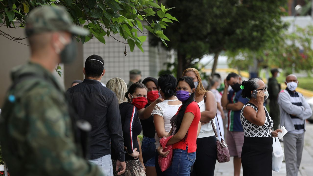 Un soldado brasileño monta guardia ante un hospital en Manao