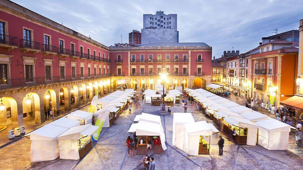 Vista general del mercado artesano y ecológico de Gijón